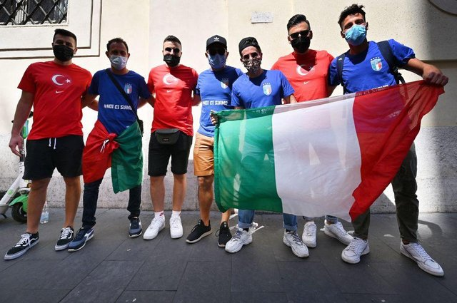 Turkey and Italy fans pose together in Rome. Photo: ALBERTO PIZZOLI/AFP via Getty Images