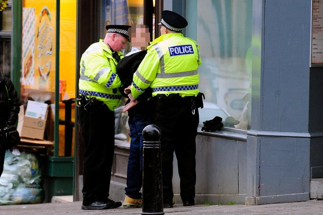 20-12-2016. Picture Michael Gillen. FALKIRK. Corner of Vicar St and Manor St. Police Scotland, stop and search.